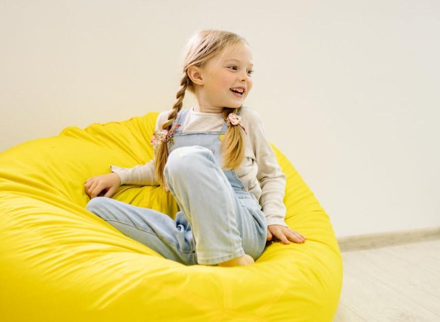 holčička na sedacím vaku